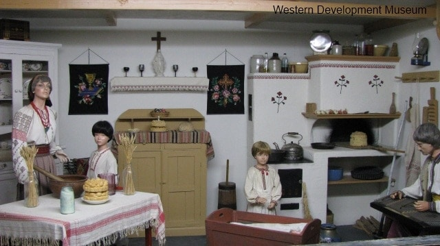 Ukrainian kitchen, featuring mannequins cooking and playing musical instruments